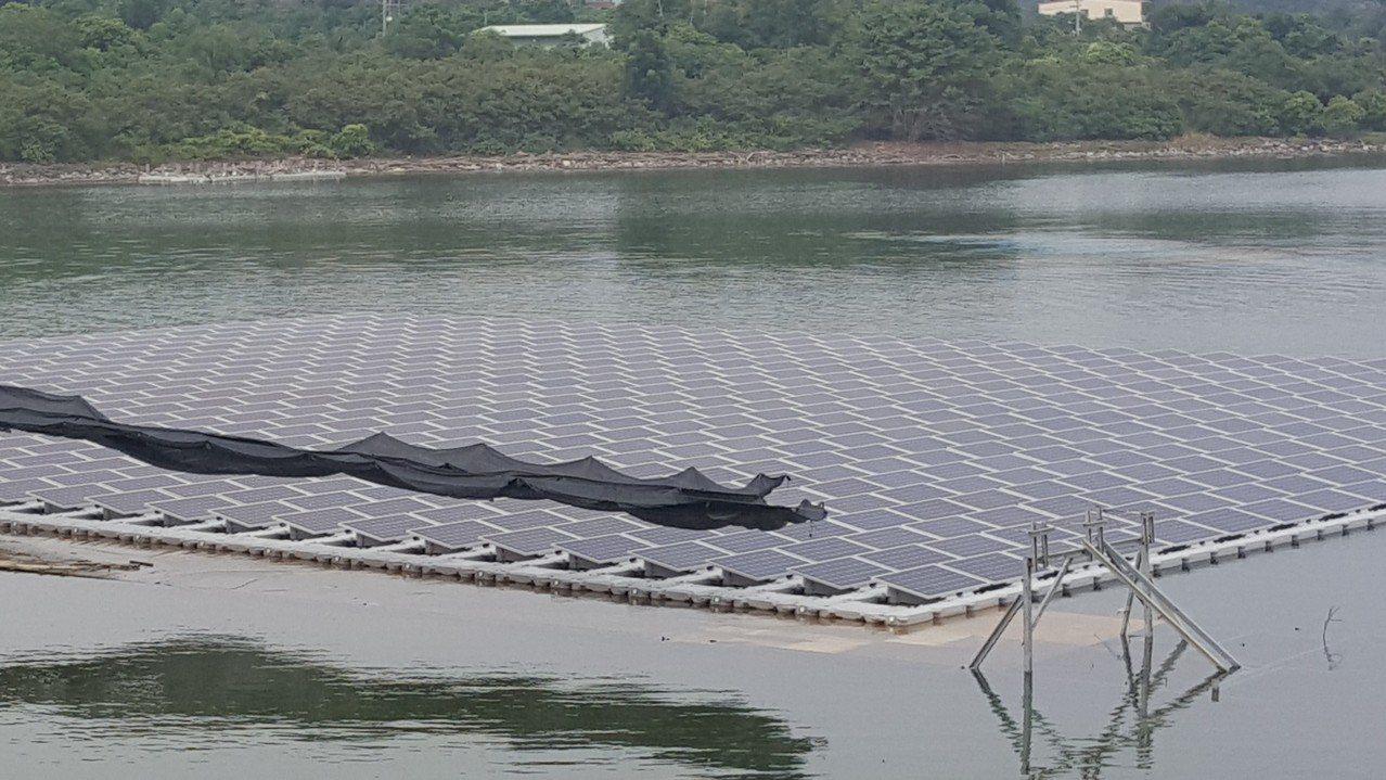 國內水域開發魚電共生,施設太陽能板。記者胡蓬生/攝影