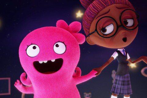 本週五(17日)中英文版全台歡樂上映的音樂動畫電影《醜娃娃大冒險》(UglyDolls),描述一群五顏六色、與眾不同的醜娃娃們,為了找到心愛的主人展開冒險,面對來自「完美學園」漂亮娃娃們的挑戰,他們...