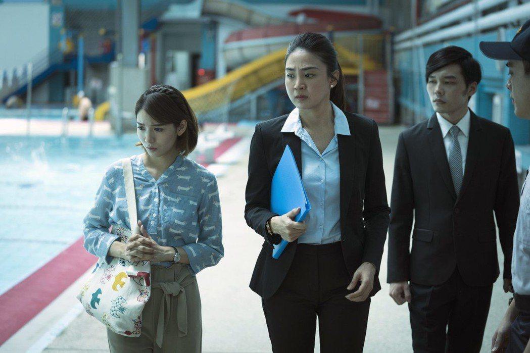 洪小鈴(右)與劉倩妏在病患溺水泳池現場進行勘驗。圖/公視提供