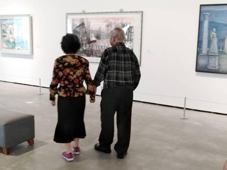 台南市美術館不只是年輕人愛去,一對老夫妻今天牽手恩愛來欣賞畫作,藝術已融入生活。記者和唐秀麗/攝影