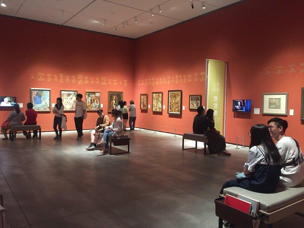 台南市美術館連平日也吸引不少年輕人欣賞畫作,成為好友約會好去處。圖/台南市美術館...