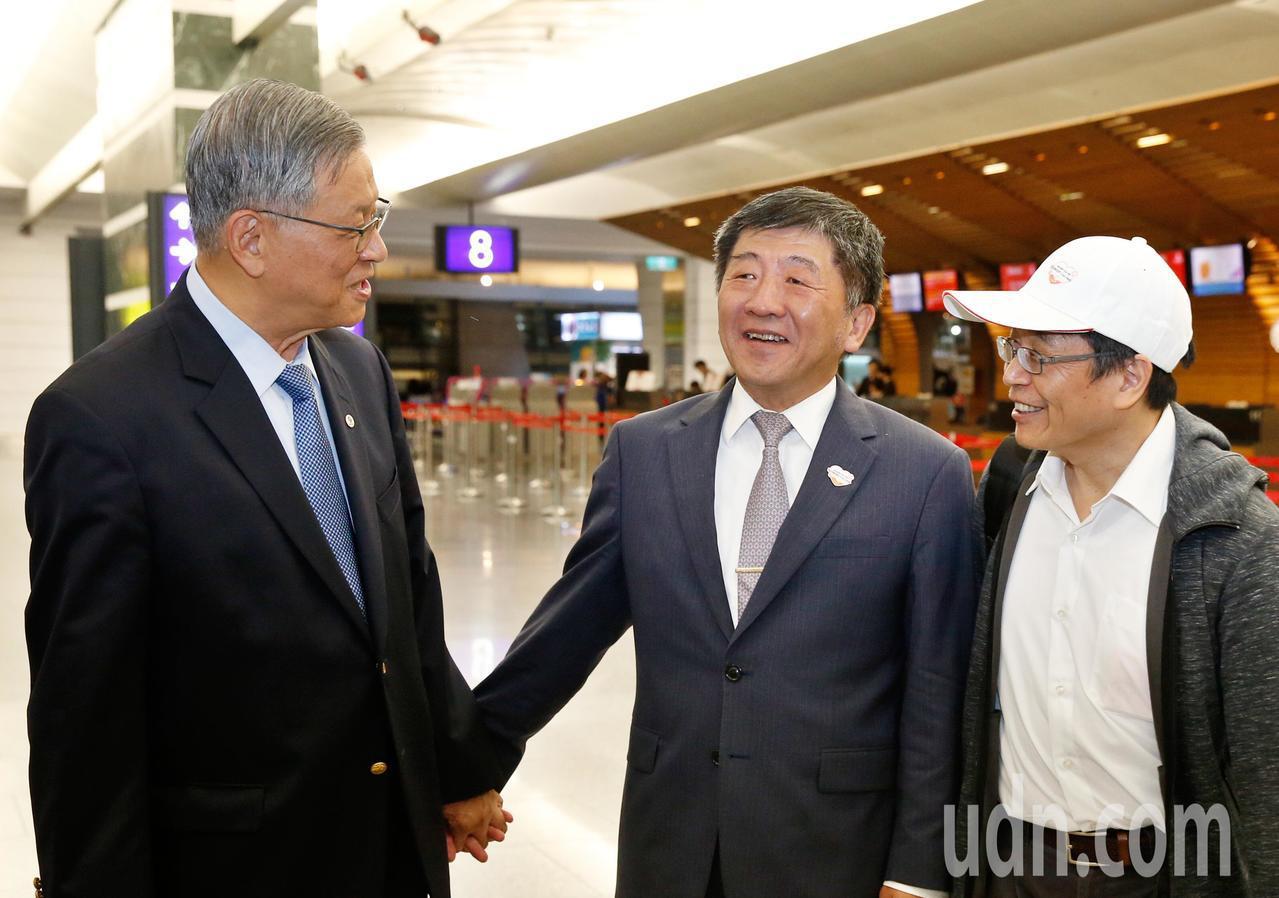 衛福部長陳時中(中)晚上在桃園機場與無任所大使吳運東(左)會合,兩人隨後將搭機前...