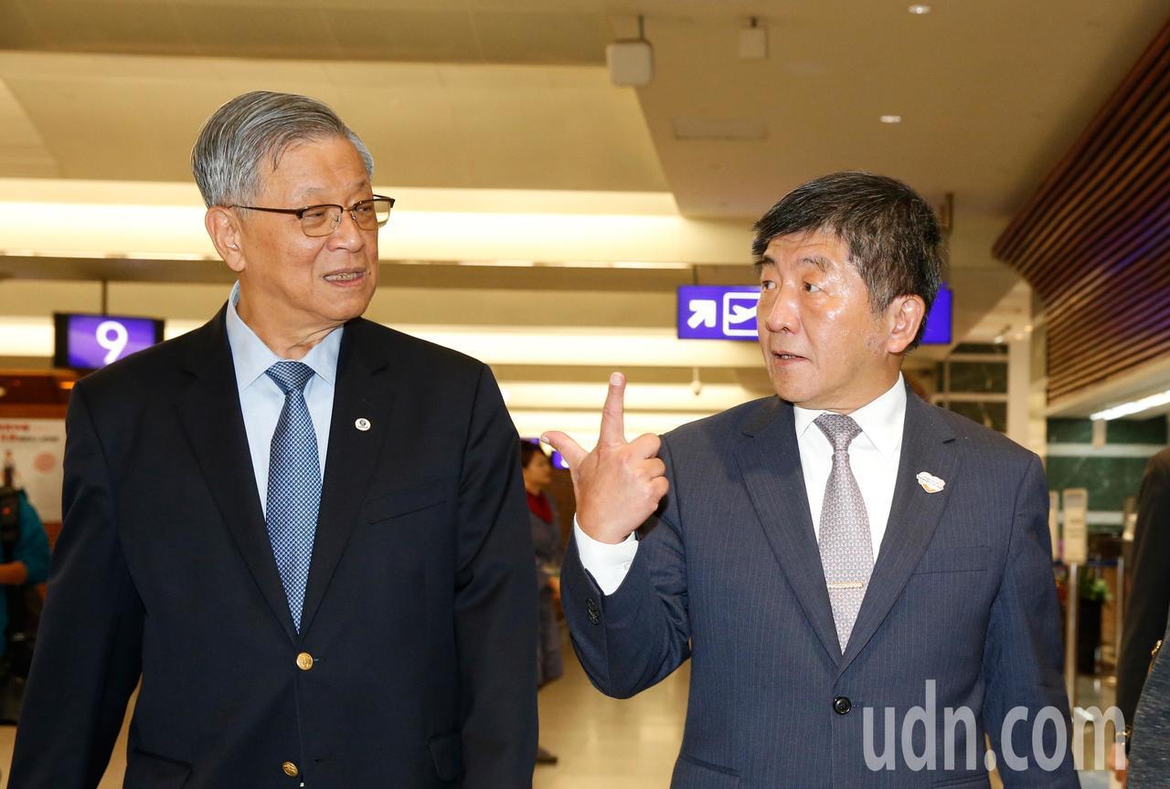 衛福部長陳時中(右)晚上在桃園機場與無任所大使吳運東(左)會合,兩人隨後將搭機前...