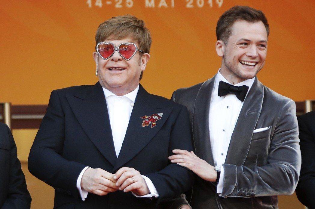 艾爾頓強與在電影中扮演他的泰隆艾格頓在坎城影展活動上開心合體。(路透)