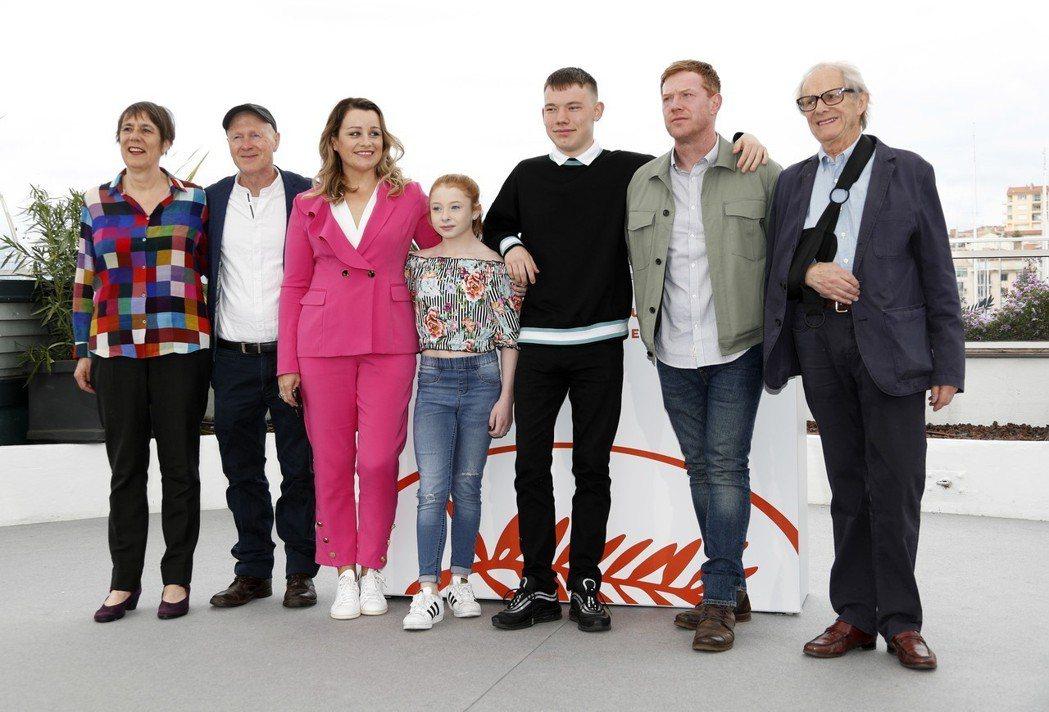 名導肯洛區(右一)與新片主要演員一起出席坎城影展活動。(歐新社)