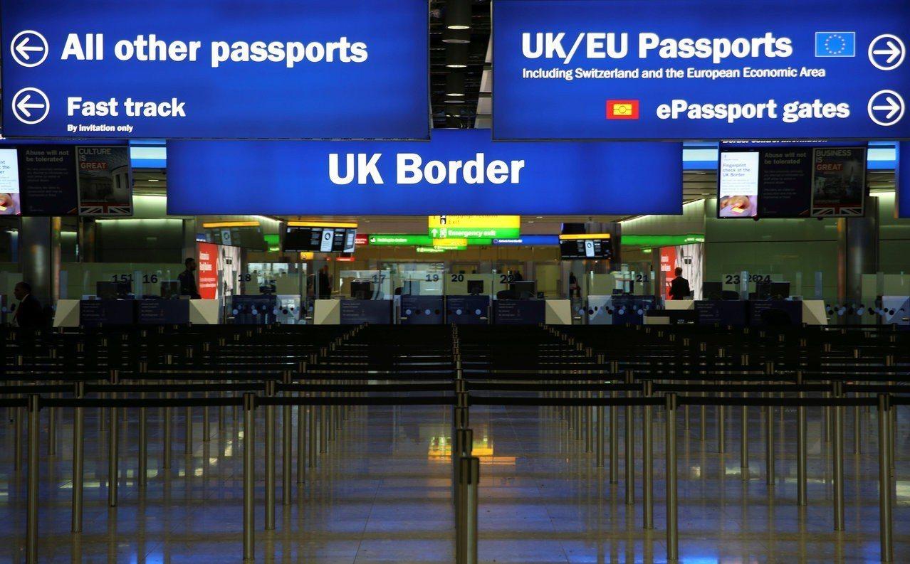英國政府宣布將取消國際旅客填寫入境卡,預計20日上路。路透