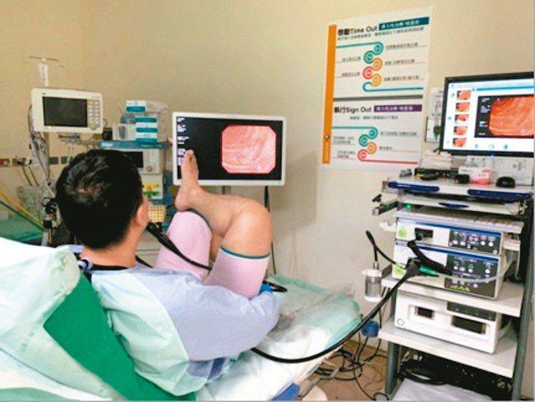 鄭以勤親自為自己做全大腸鏡檢查,20分鐘完成後,還可以繼續當天工作。 圖╱鄭以勤...