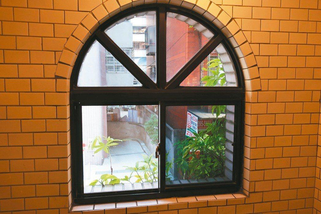住台北的咱倆老,家裡沒有除濕機,只能勤開窗戶,保持室、內外通風良好。 圖/王錫璋...