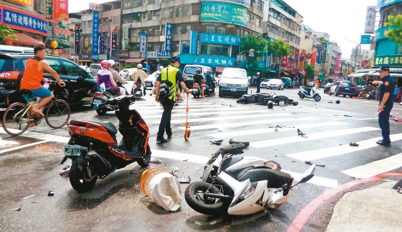 吳姓老翁昨無照開計程車在高雄市區連撞十四輛汽、機車,造成八人受傷。 記者林保光/...