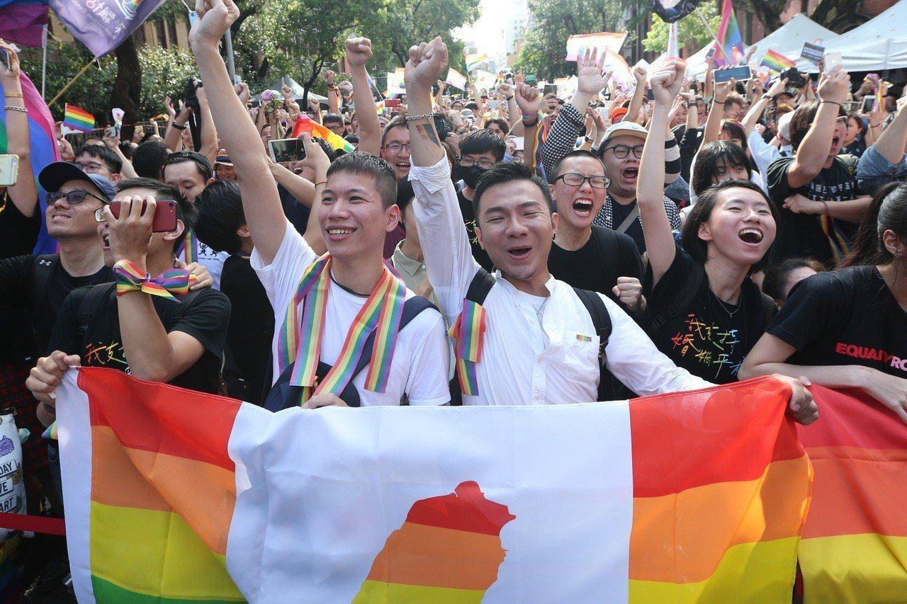 立法院昨天三讀通過同婚專法,成為亞洲第一個同婚合法化的國家,支持者情緒激昂。 記...