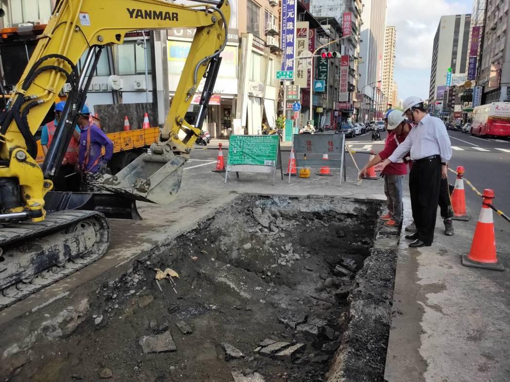 高雄市工務局長吳明昌(右)昨到六合路坍塌現場會勘,查不出塌陷原因。記者謝梅芬/攝...