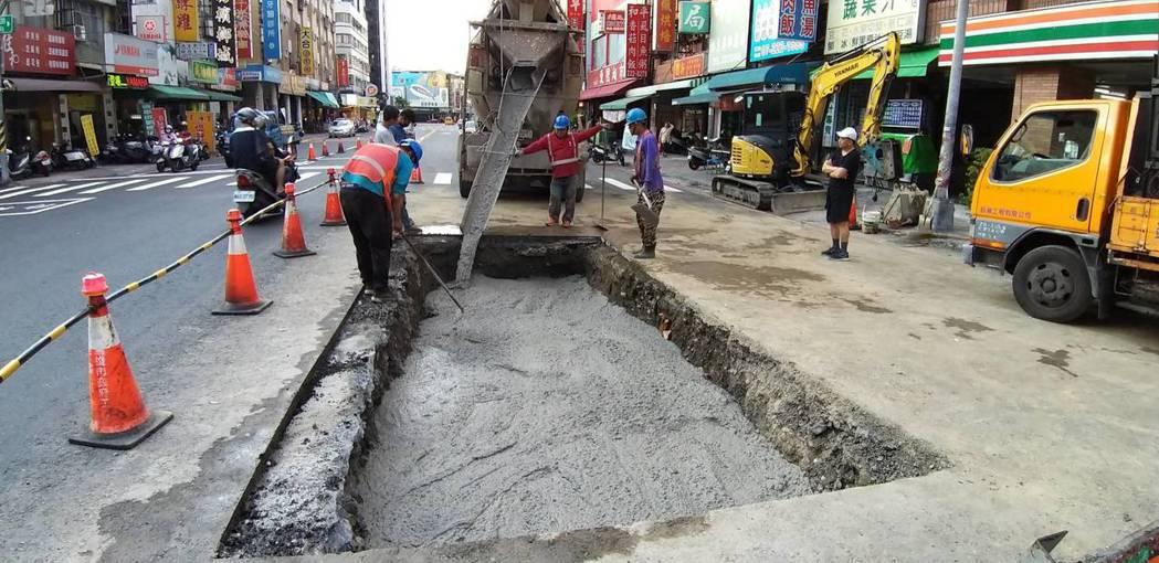 高雄市六合路與和平路口新鋪好的路又塌陷,最後又查不出原因,只好用混凝土回填。記者...