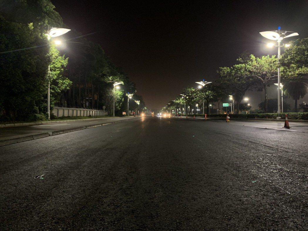 市府團隊利用夜間施工鋪路。圖/高雄市工務局提供