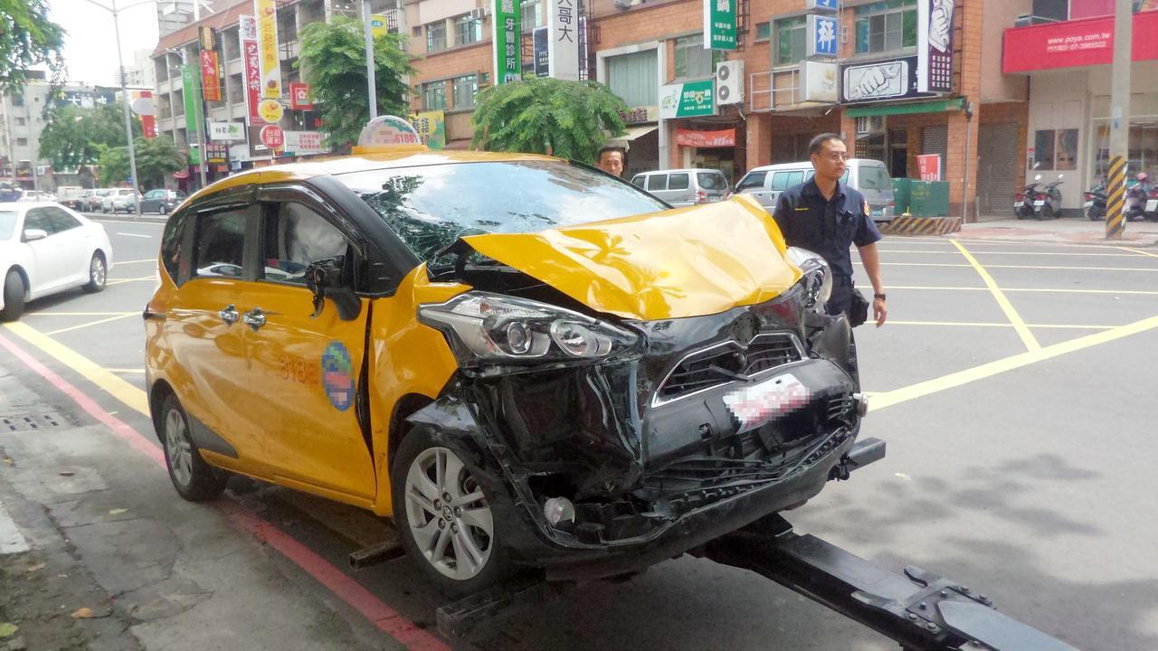 吳姓老翁開兒子的計程車衝撞十四輛汽、機車,車頭撞毀。記者林保光/攝影