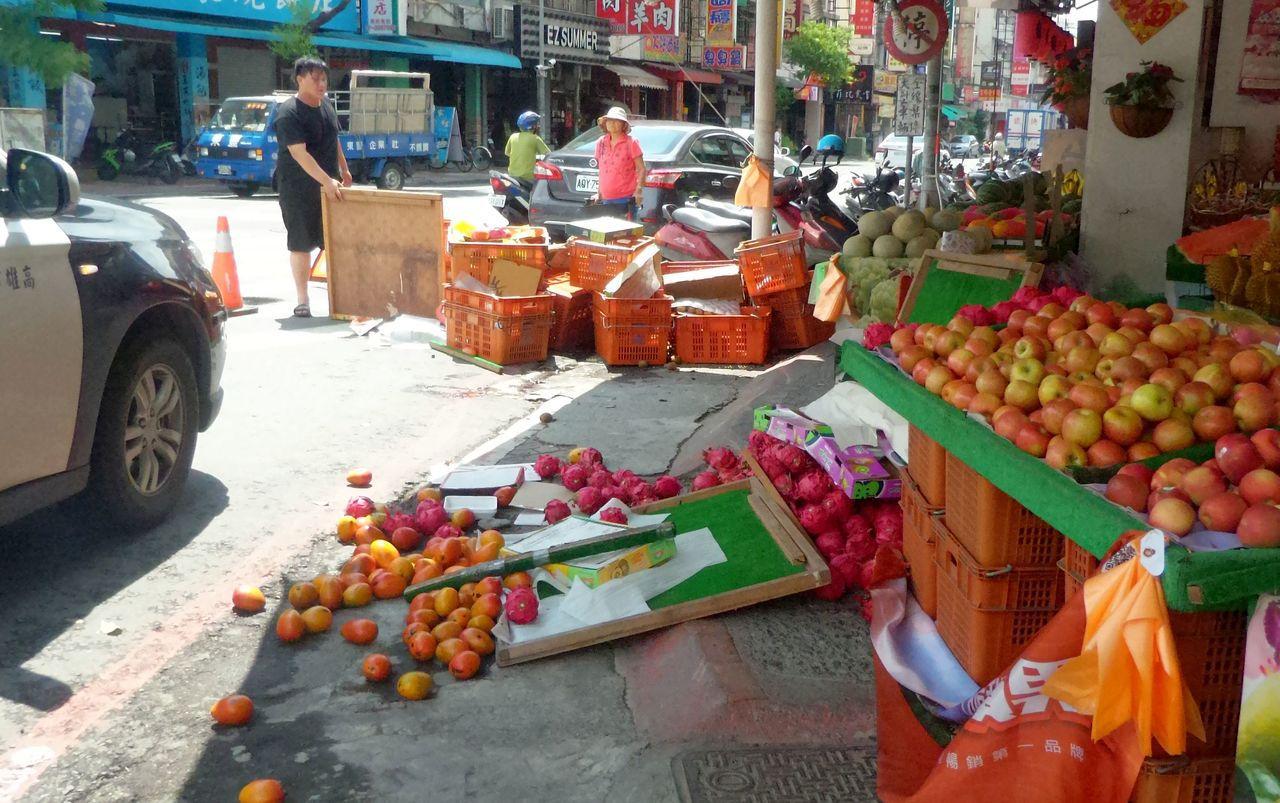 路口的水果攤也被計程車撞得掉落一地。記者林保光/攝影