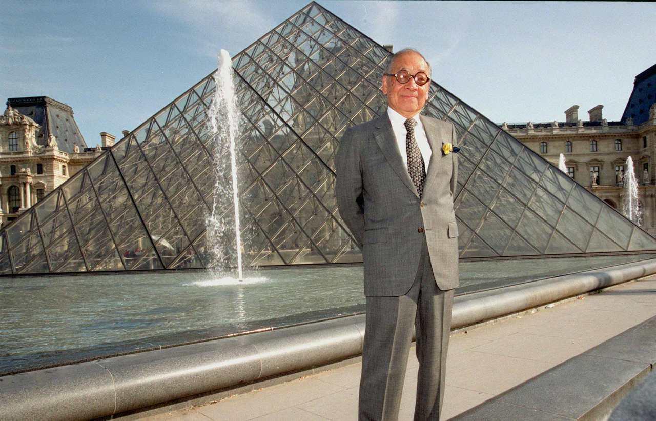 貝聿銘1999年與巴黎羅浮宮玻璃金字塔合影。 (美聯社)