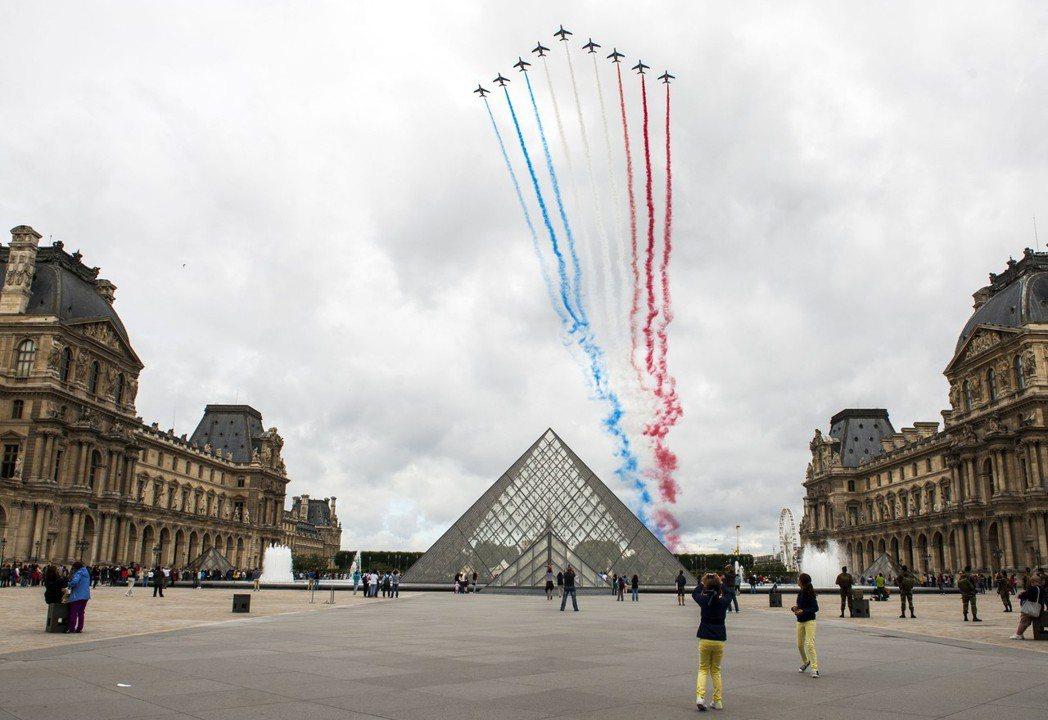 法國巴黎羅浮宮玻璃金字塔。 (新華社)