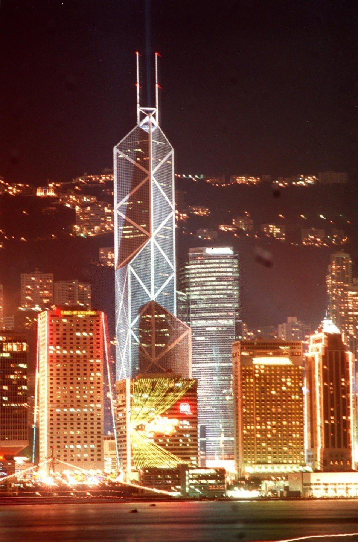 香港中環夜景,圖中最高的建築是貝聿銘設計的中國銀行大廈。 (新華社)