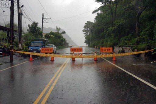 高雄台20線勤和到復興路段因荖濃溪溪水持續上漲,今午2點起進行預警性封閉。照片/...