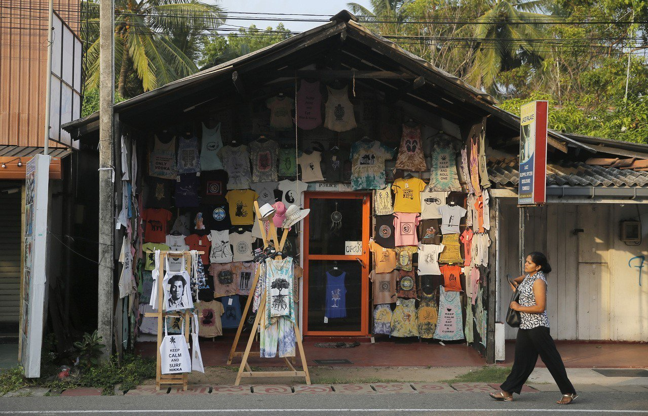 斯里蘭卡紀念品商店生意受恐攻案重創,門可羅雀。(美聯社)