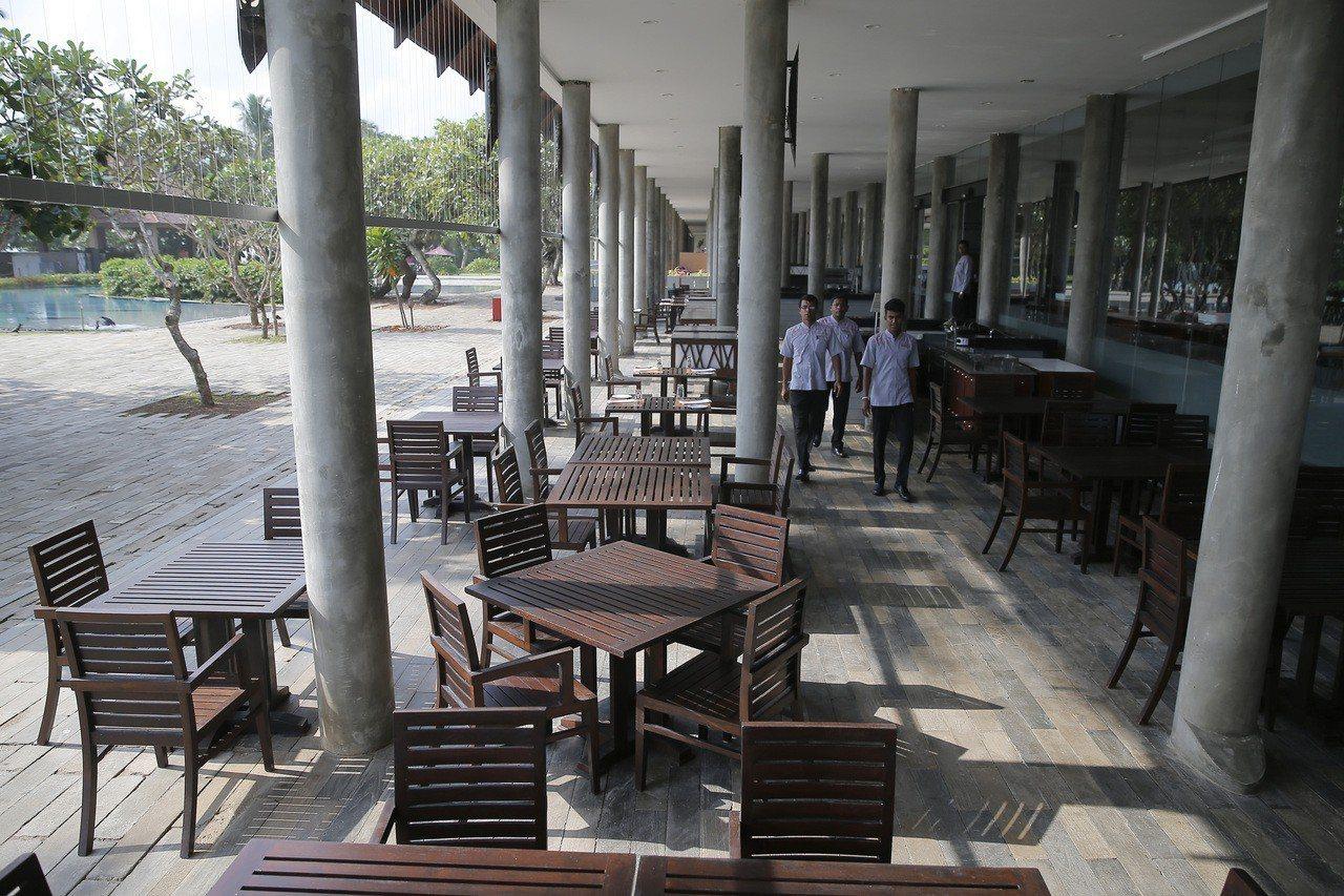 斯里蘭卡復活節連環恐攻後,飯店內只剩下工作人員,沒有遊客。(美聯社)