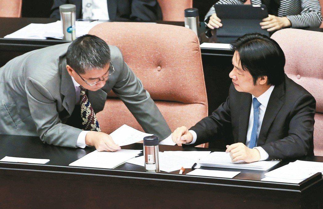 行政院前院長賴清德(右)去年十月在立院備詢,上台前寫了字條請內政部長徐國勇(左)...