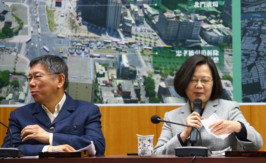 蔡英文總統(右)與台北市長柯文哲(左)去年十二月在北門「蔡柯會」,隨後到北門中華...