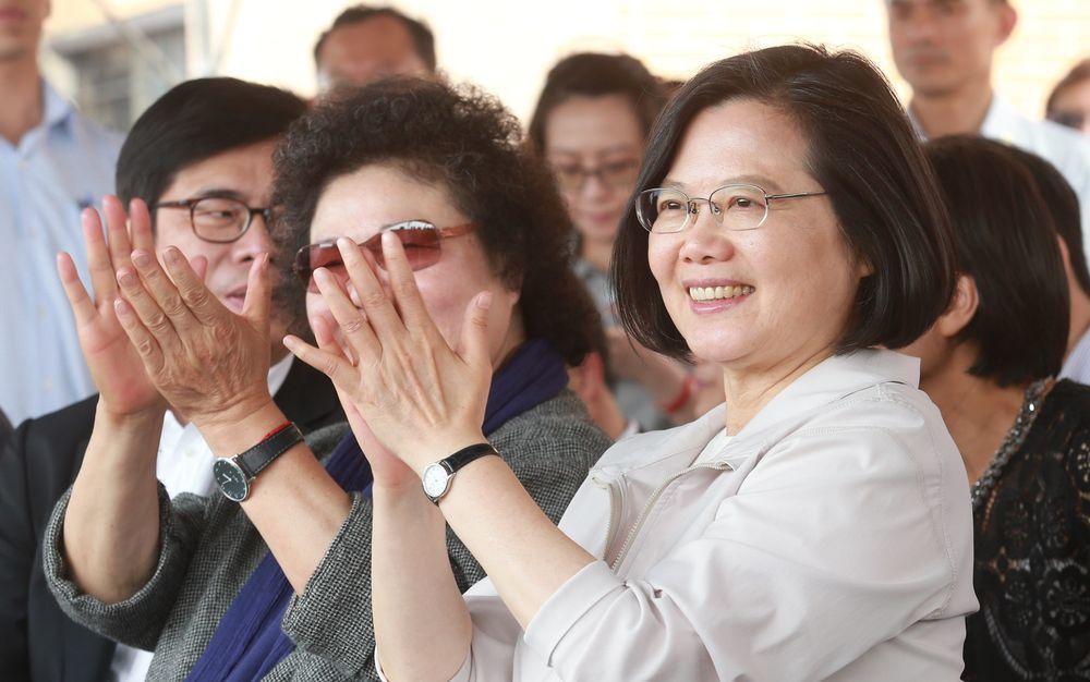 總統蔡英文(右一)5月9日到高雄視察橋頭科學園區,高雄市長韓國瑜並未現身。圖/聯...