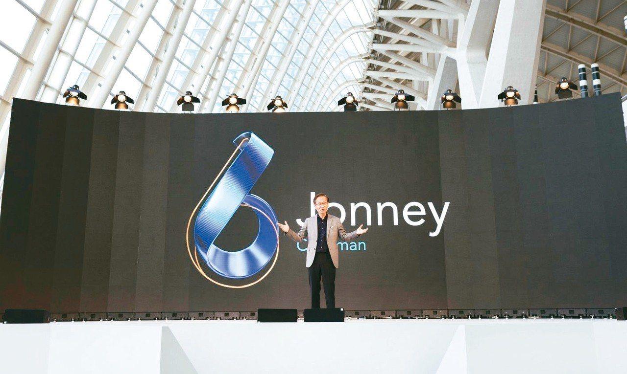 圖為華碩董事長施崇棠於西班牙發表新一代ASUS ZenFone 6。 圖/華碩提...