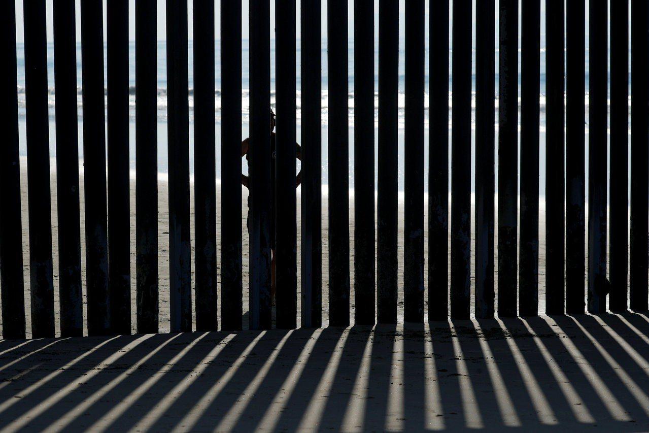 加州聖地牙哥海邊的美墨邊牆圍欄。 路透社