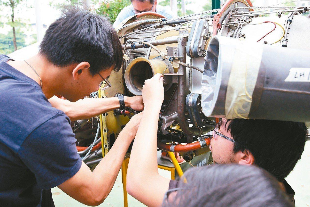 虎尾科大「航空維修訓練中心」不僅與國內各大航空公司產學合作,培訓許多維修人才,更...
