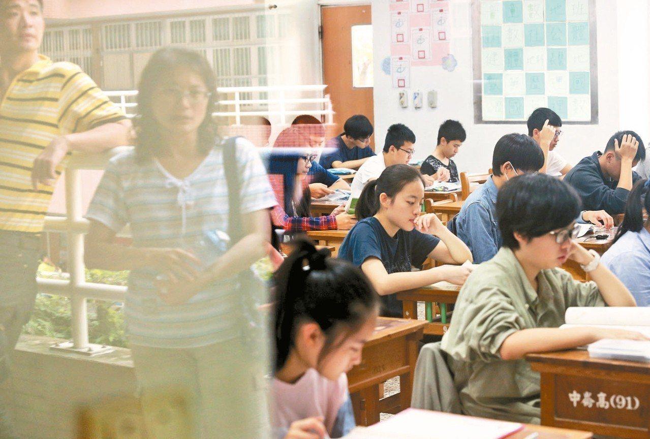 國中教育會考今明兩天登場,考生全力衝刺,考場窗邊映照陪考家長關切考生的身影。 記...