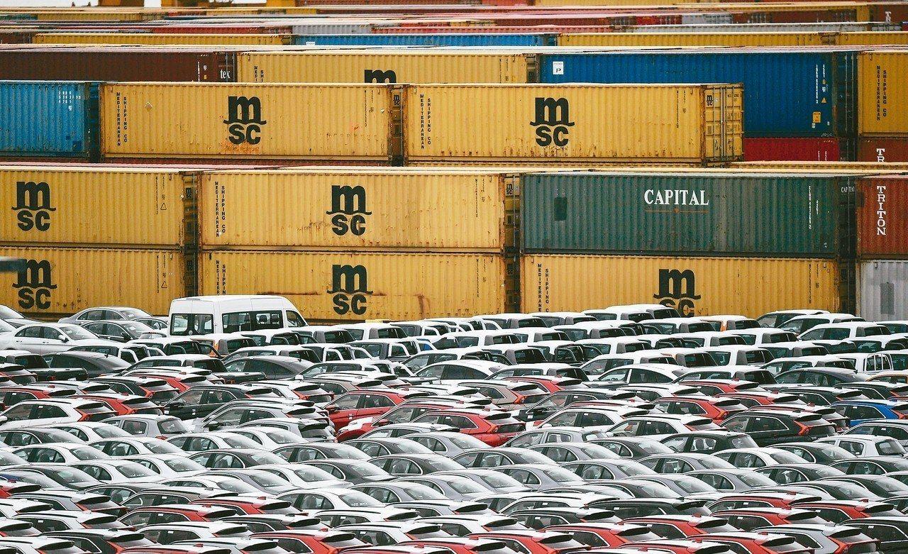美國總統川普宣布,歐日等國汽車關稅延後開徵六個月。圖為德國布來梅港準備出口的汽車...