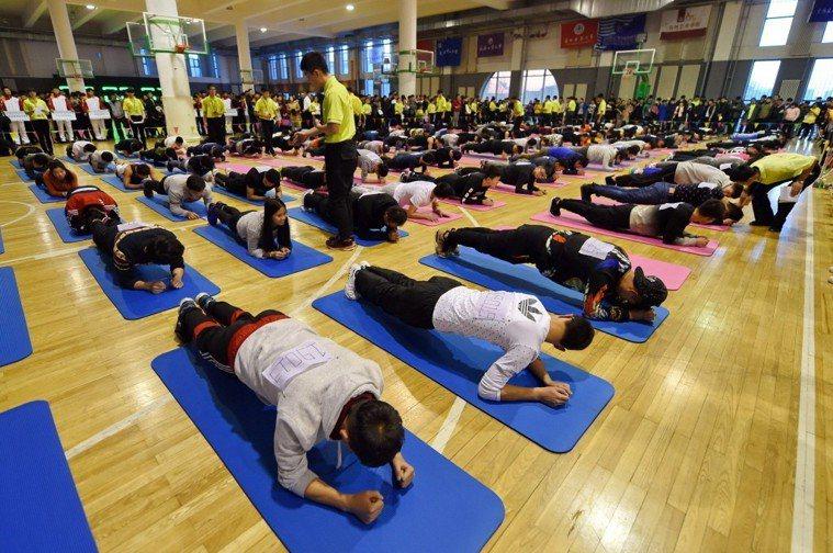 大學生參加平板支撐挑戰賽。新華社照片
