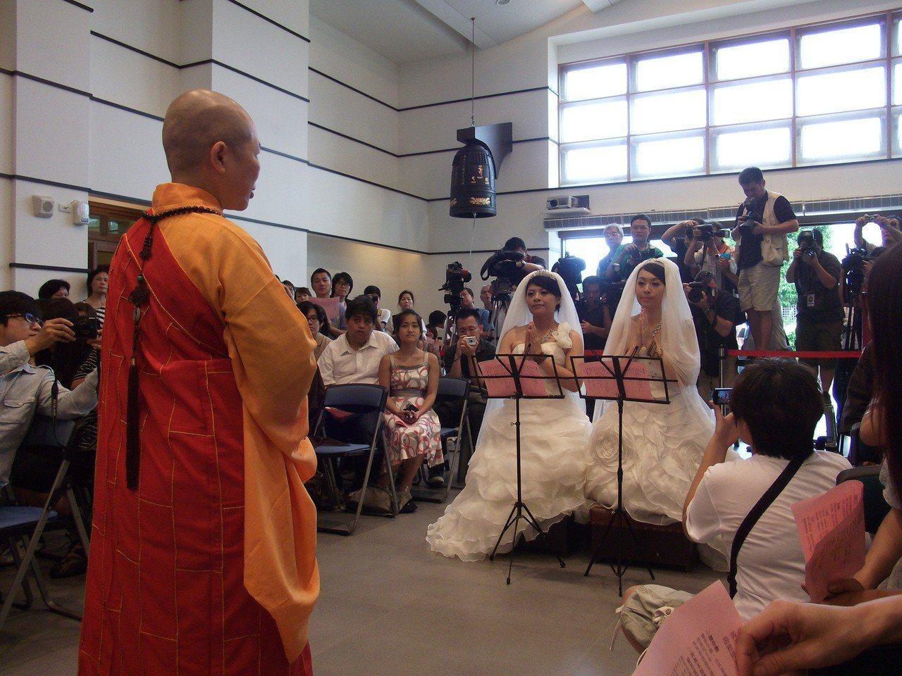 美瑜(左)、雅婷(右)7年多前在佛教弘誓學院創辦人釋昭慧法師的主持證婚下,完成台...