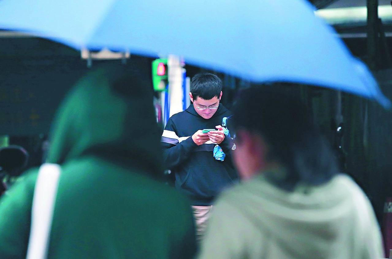 中央氣象局傍晚6時05分發出豪雨特報。報系資料照
