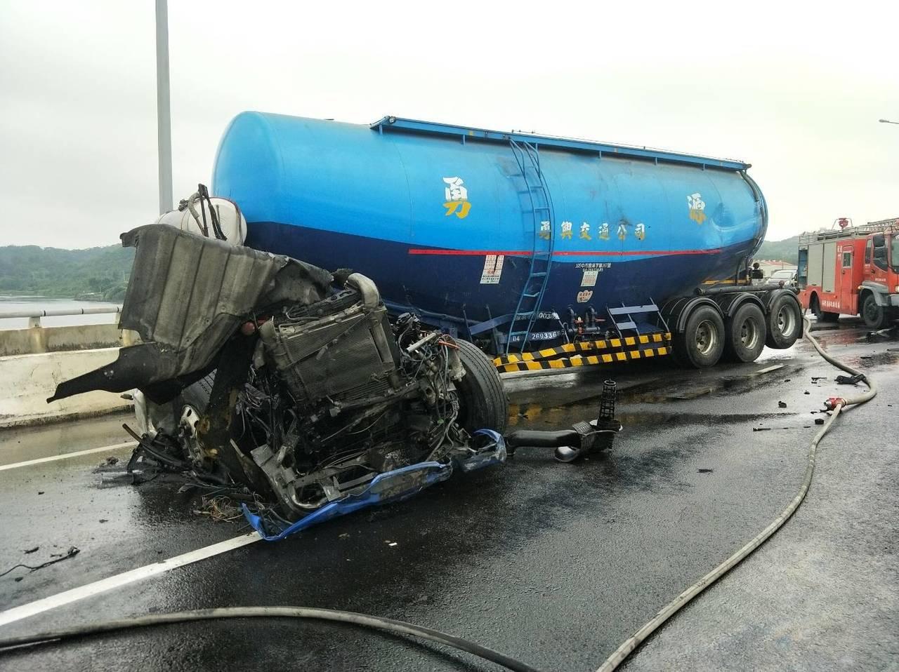 西濱快速公路後龍路段上午發生大貨車事故。圖/讀者提供