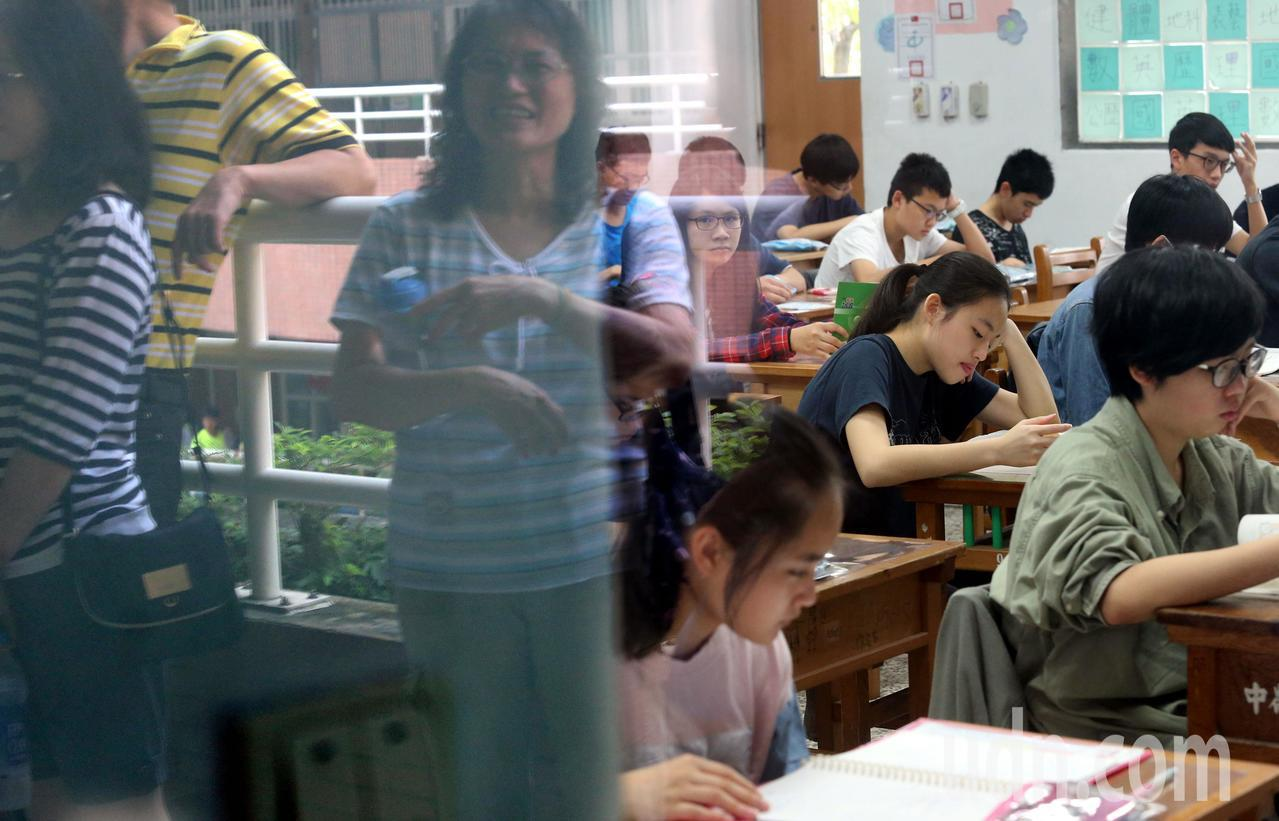 國中教育會考今明兩天登場,全國21萬3691名考生分別在19個考區(場)、219...
