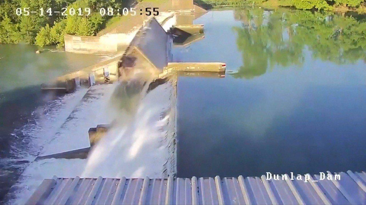 美國德州鄧拉普湖疏水衝垮蓄水壩中央溢洪道閘門的瞬間,主管單位指鄧拉普湖的水以每秒...
