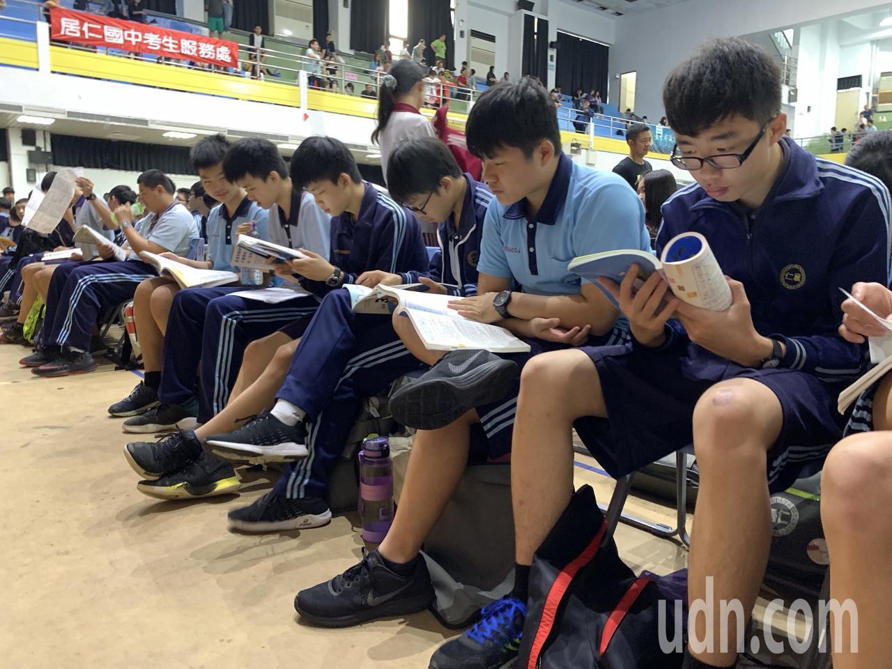 國中教育會考登場,第一節社會科考試,中部考生說,難易度適中。記者喻文玟/攝影