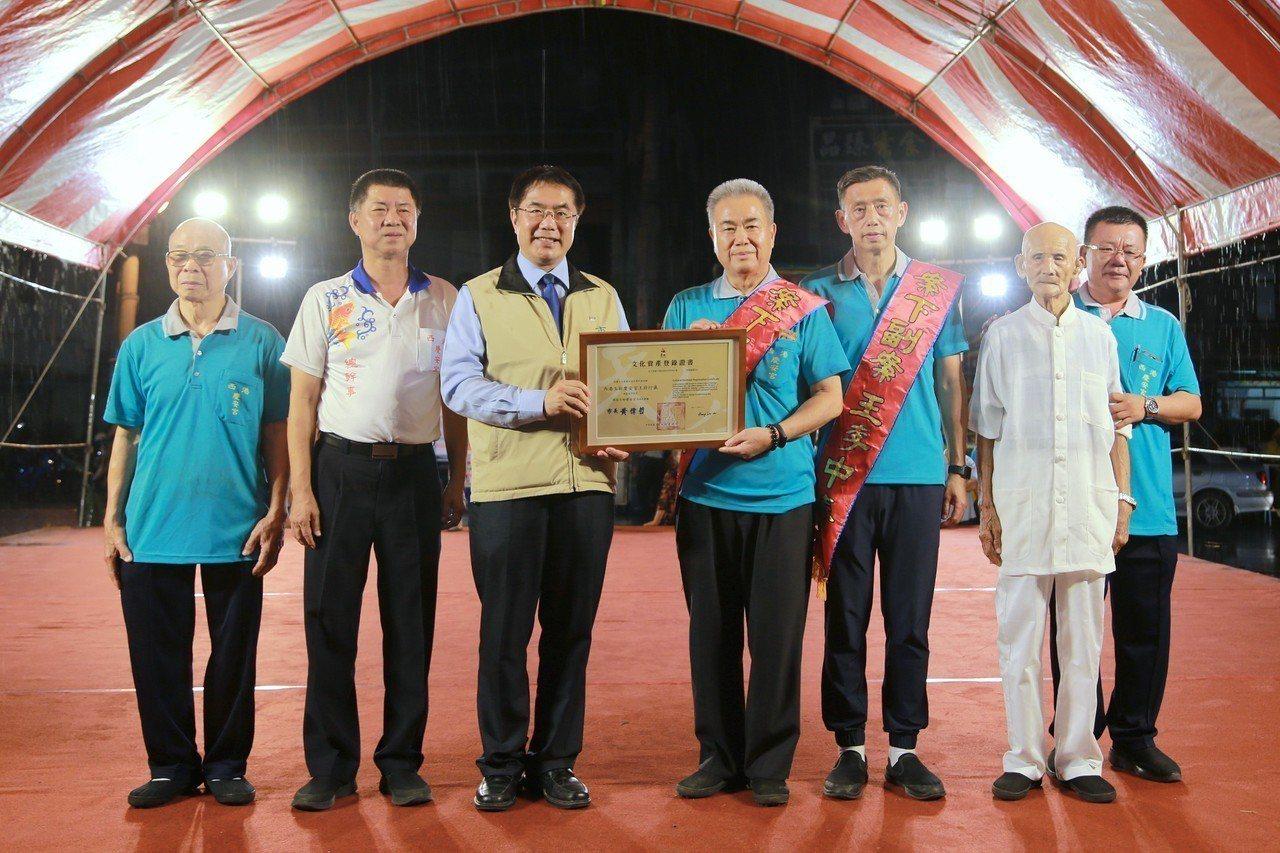 台南市長黃偉哲出席西港刈香文化季,頒發無形文化資產授證儀式。圖/台南市府提供