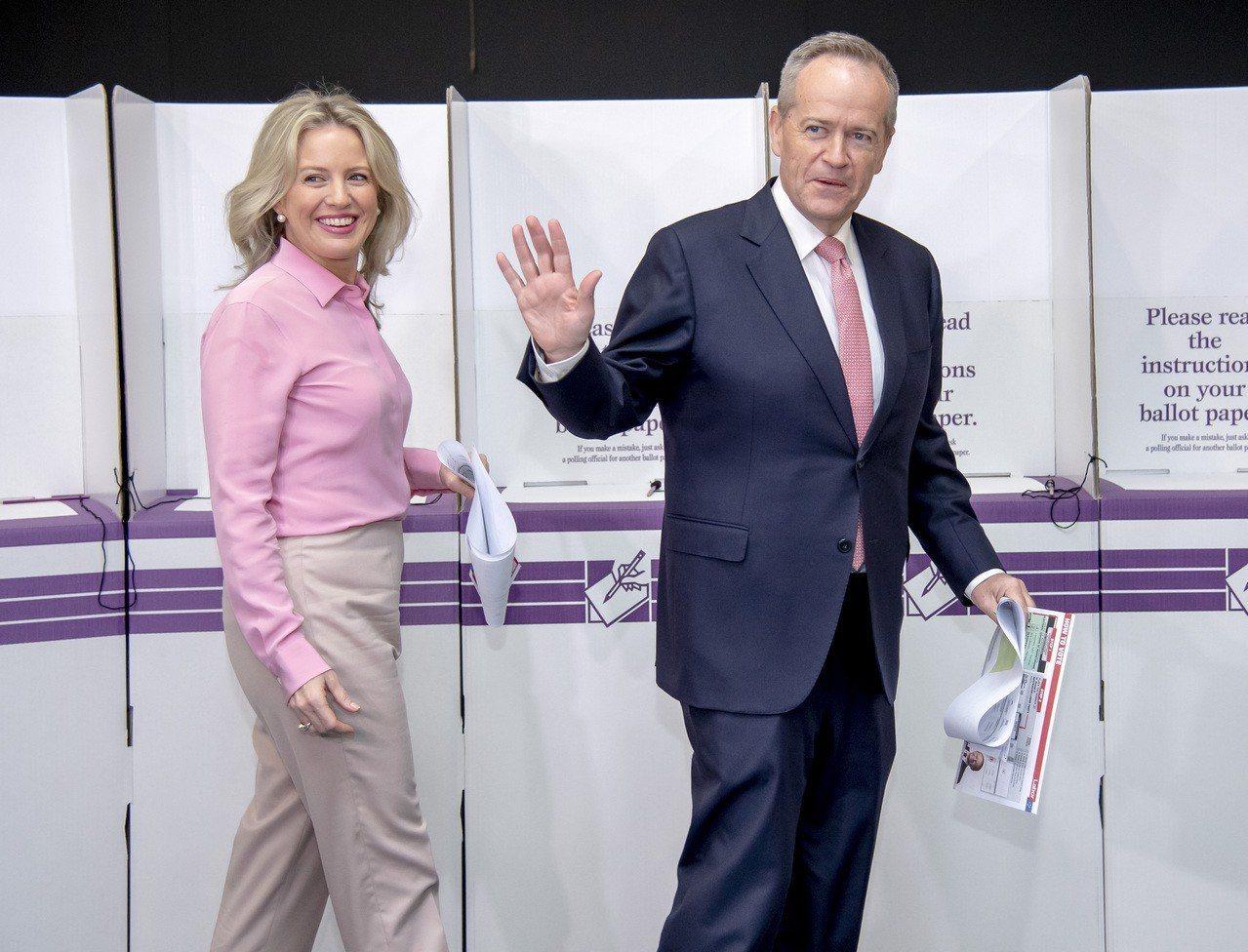 澳洲工黨黨魁薛頓(右)與妻子克勞伊18日在墨爾本投票所投票。美聯社