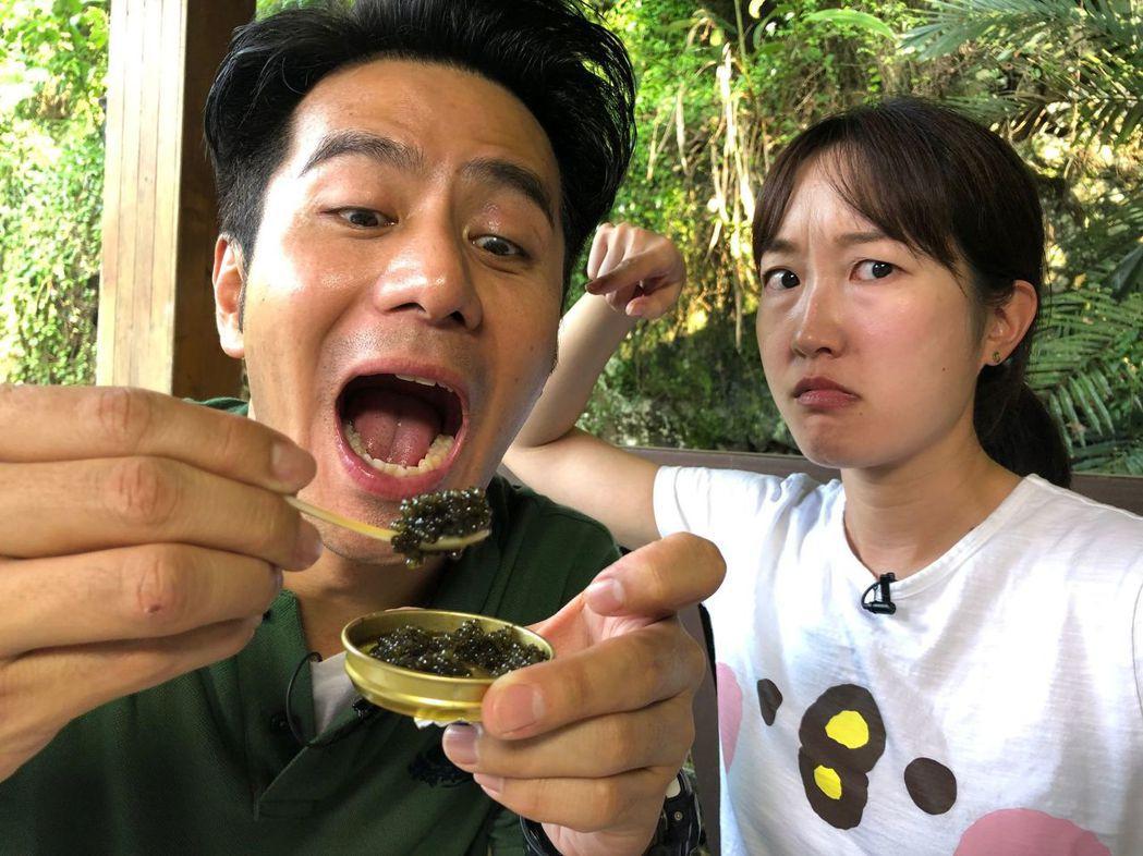 郭彥均和巴鈺享用鱘龍魚子醬。圖/中天提供