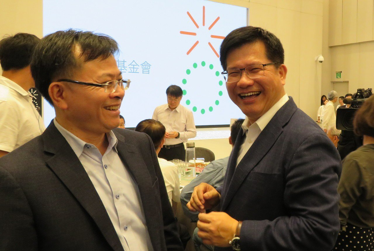 交通部長林佳龍(右)捐出選舉補助款1239萬元,今在台中市成立光合教育基金會。記...