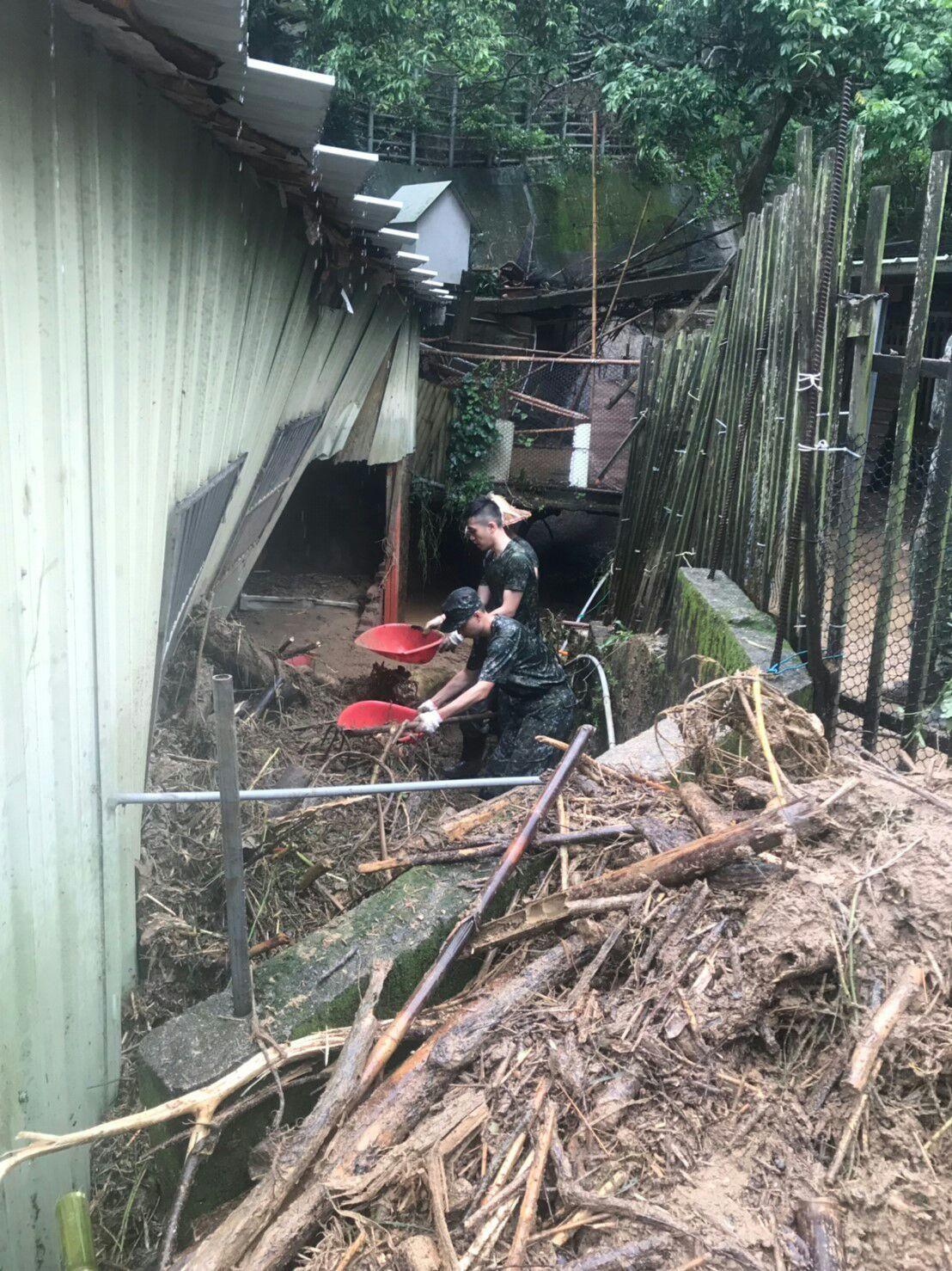 國防部上午表示,大雨造成新竹新豐鄉及竹北地區淹水災情,陸軍裝甲584旅上午投入8...