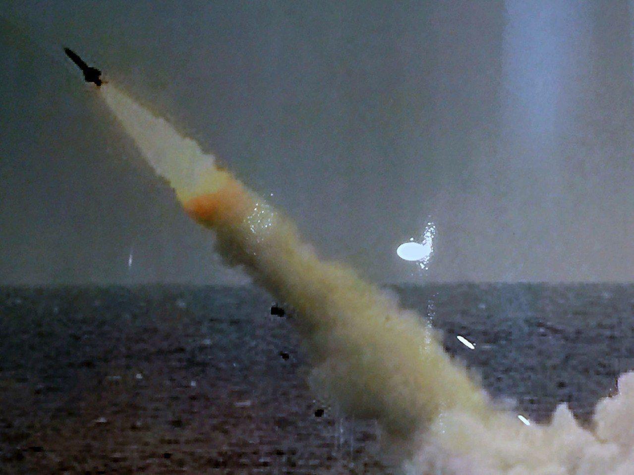 海軍編號794的海虎潛艦、793海龍潛艦,改裝配備潛射魚叉攻艦飛彈多年,日前首度...