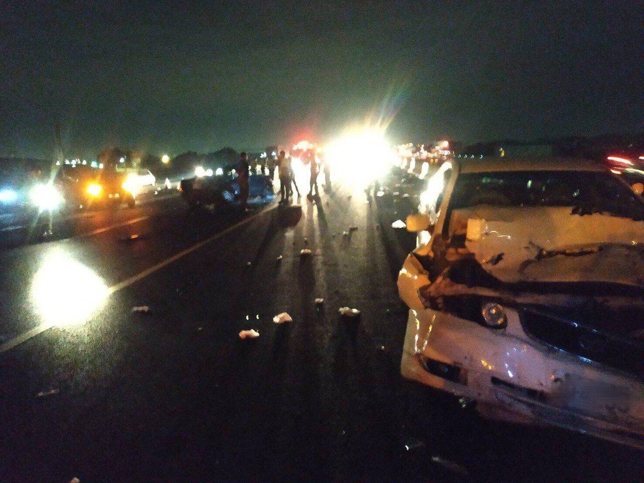 中山高彰化戰備道昨天深夜發生3輛自小客車追撞車禍,造成4人受傷送醫,其中家住台中...