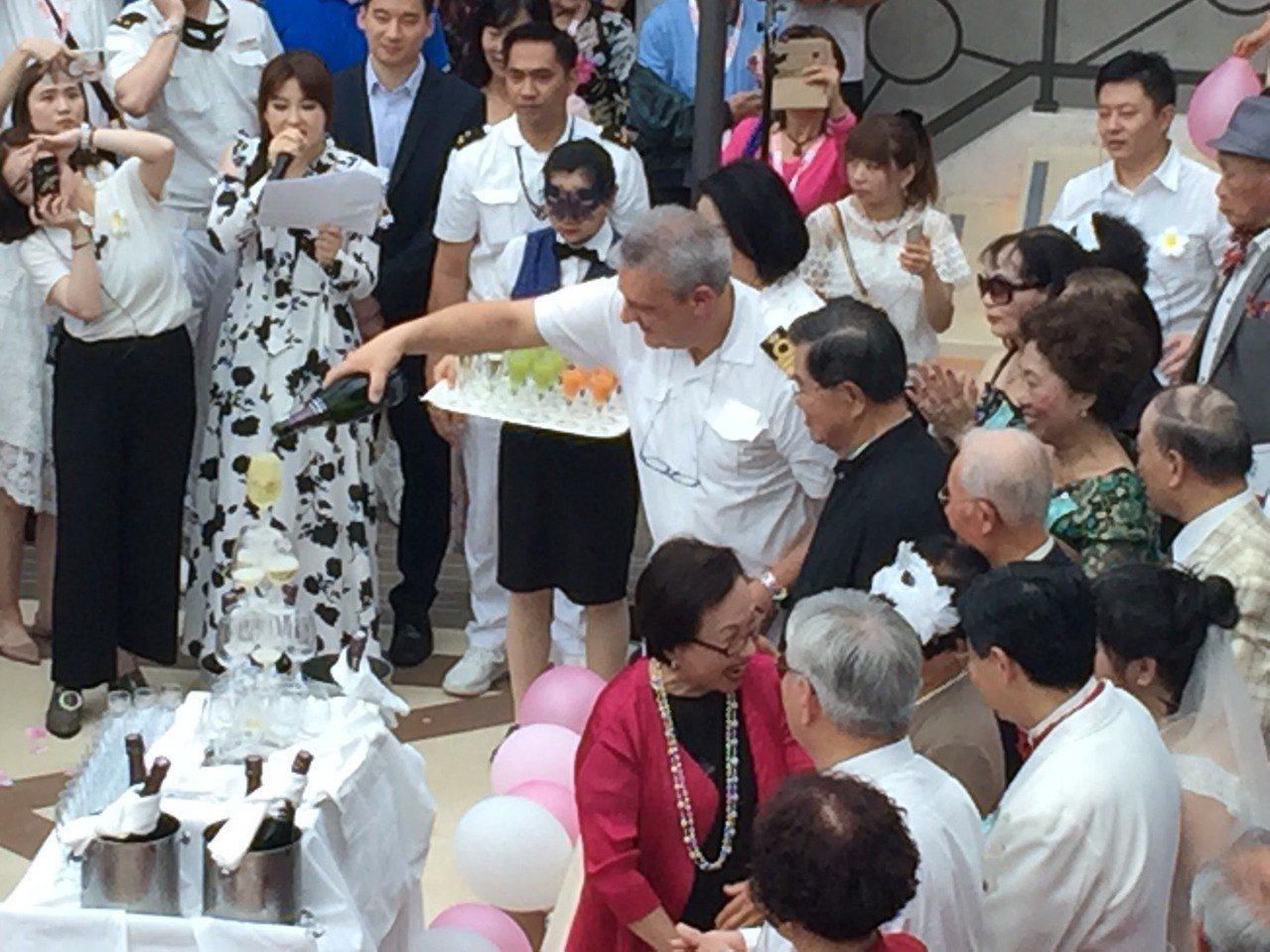 雄獅旅遊「老夫妻海上婚禮」,在船長的香檳塔歡慶聲中浪漫謝幕。記者羅建怡/攝影