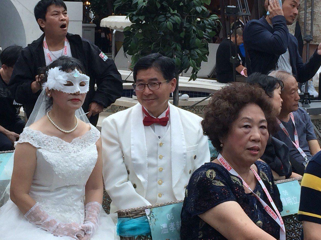 不少老夫妻盛裝、甚至重新穿上白紗出席。記者羅建怡/攝影