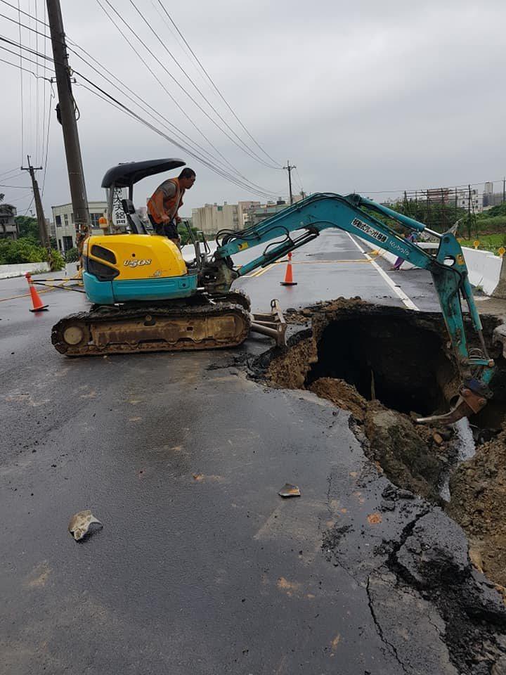 縣府工務處今天一早8點派機具進駐搶修,目前已將破裂的自來水管修復,接著後續進行掏...